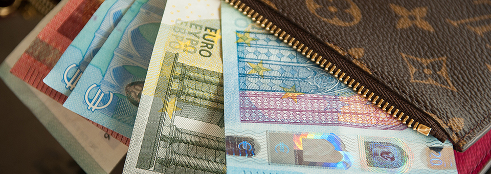 Portemonnee waaruit eurobiljetten steken